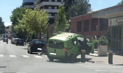 Auto finisce sopra un panettone: ambulanze sul posto