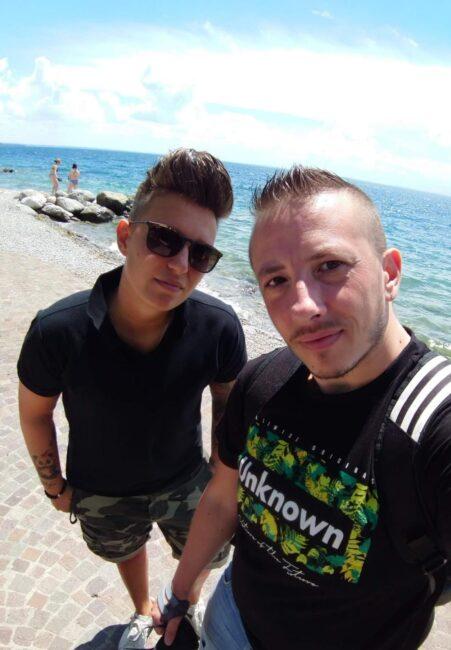 Tommaso con il suo migliore amico David, che ha avviato la transizione cinque anni fa