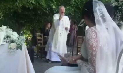 Il prete canta e balla per gli sposi, il VIDEO è uno spasso
