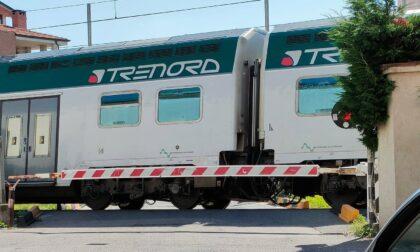 Abbiategrasso, treno bloccato al passaggio a livello