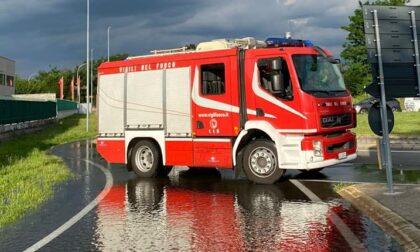 Acqua fuoriesce dal Canale Villoresi, pompieri sul posto