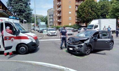 Incidente all'incrocio: un'auto si ribalta
