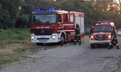 Furgone in fiamme nel bosco, arrivano i pompieri