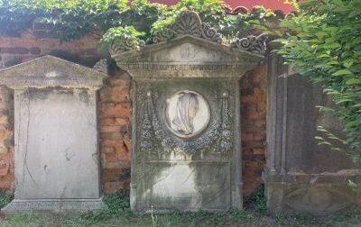 Lapidi «dimenticate» in un cortile