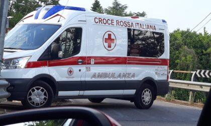 Cade in bici, soccorso dall'ambulanza