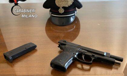 Punta la pistola contro gli automobilisti per rapinarli