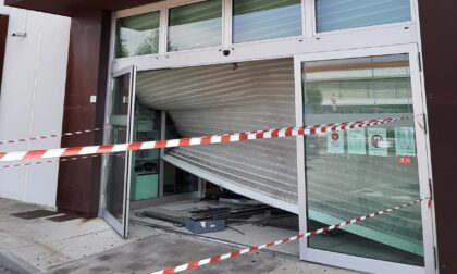 Fuga con la cassaforte dopo aver sfondato la vetrina con un'auto