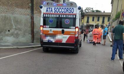 Ciclista urtata dalla portiera di un'auto, arriva l'ambulanza