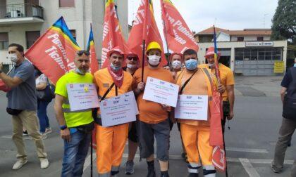 Presidio sotto il Comune per gli otto lavoratori a rischio