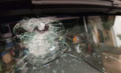 Sassi dal cavalcavia dell'A9, auto colpita e tragedia sfiorata