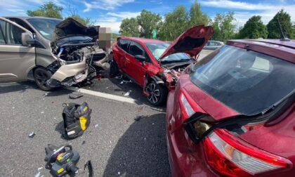 Furgone travolge altre auto: paura in autostrada