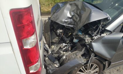 Auto finisce contro un furgoncino: anziana in ospedale