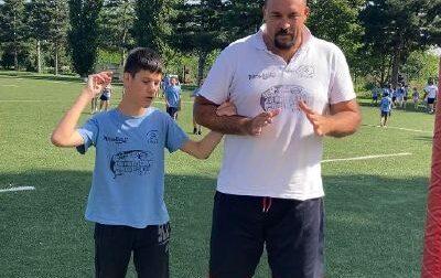 Insegna la magia a un ragazzo di 13 anni  non vedente per includerlo al camp estivo