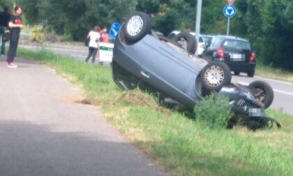 Auto si ribalta vicino alla ciclabile, feriti due ragazzi