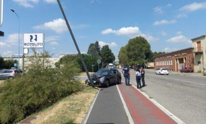 Auto si schianta contro un palo
