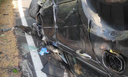 Rimane incastrato nell'auto dopo l'incidente, agente in vacanza lo salva
