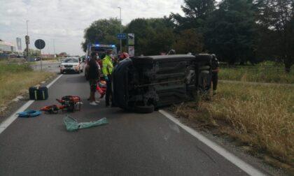 Ennesimo incidente alla rotonda maledetta: un'auto si ribalta