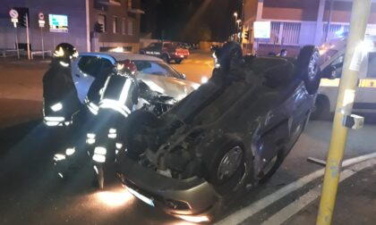 Auto si ribalta nella notte a Magenta: due giovani in ospedale