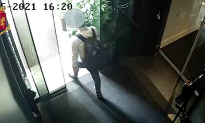 Ruba gioielli in una stanza di hotel: arrestato