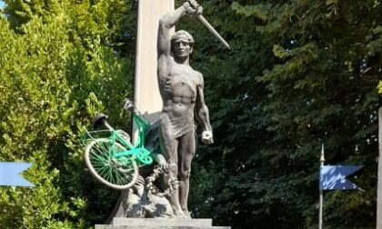 Bici lanciata sul Monumento ai Caduti