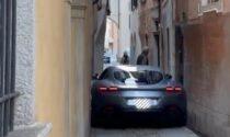 Il video virale della Ferrari Roma rimasta incastrata in un vicolo
