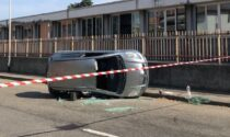 Scontro tra auto e camion davanti a scuola
