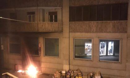 Vandali appiccano fuoco in città