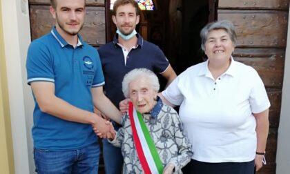 Cento candeline per nonna Maria che festeggia in fascia tricolore