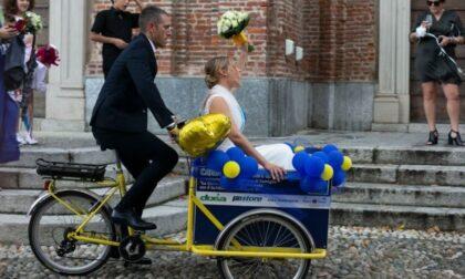 Ilaria e Marco: gli sposi arrivano sul sagrato... su una cargo bike