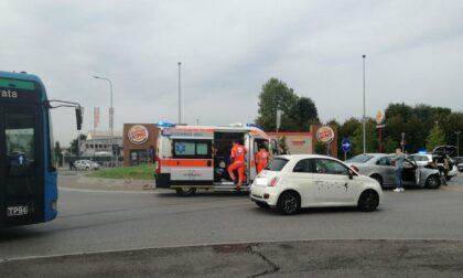 Incidente tra auto in rotonda: coinvolte 3 persone