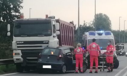 Grave scontro tra un'auto e un camion
